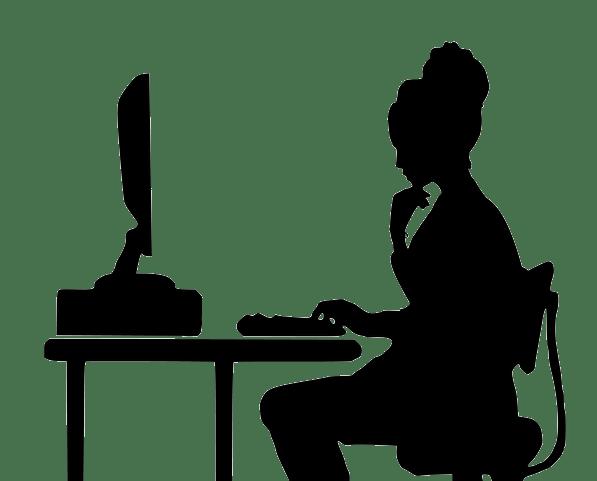 Mujer escribiendo un guion en el ordenador